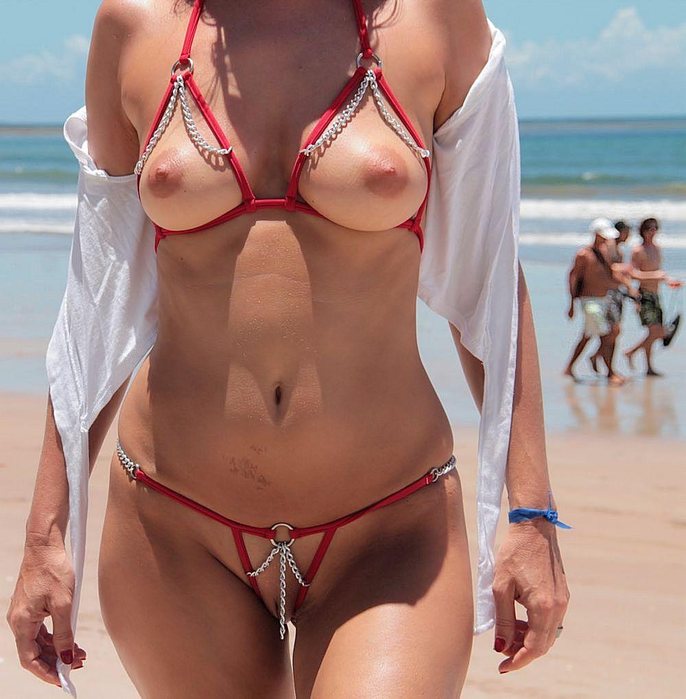 Девушка на пляже в откровенном купальнике частное видео